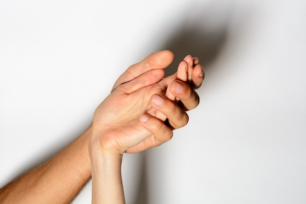 Hand in hand samen kunnen we verder gaan, zoete handen met vingers blijven bij elkaar in een romantisch moment.