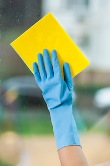 Hand in hand wast een raam
