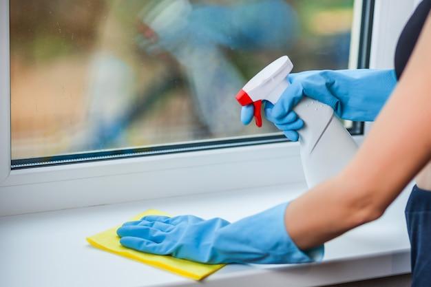 Hand in handschoen wast een raam