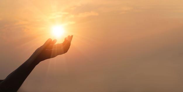 Hand in het zonlicht