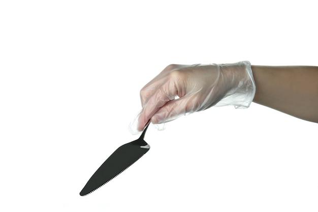 Hand in wegwerp handschoen houden cake spatel, geïsoleerd op wit