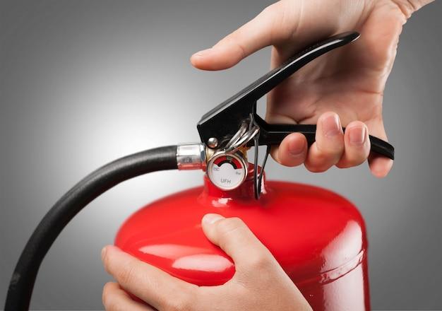 Hand ingedrukt de trigger rode brandblusser