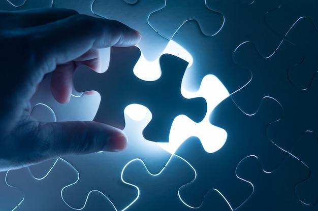 Hand invoegen puzzel, conceptueel beeld van de bedrijfsstrategie