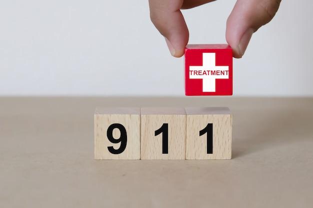 Hand kiezen rode kruis pictogram houten blok.