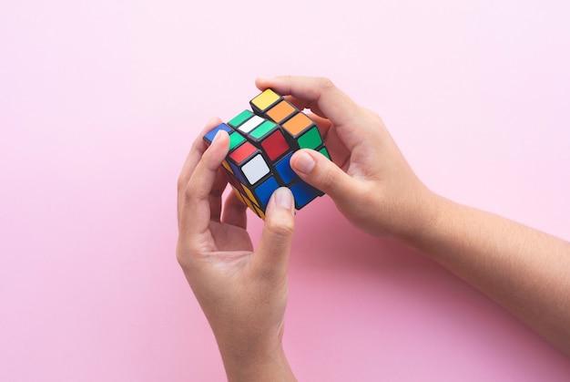 Hand kind spelen kleurrijke cubelearning met oplossingsconcepten