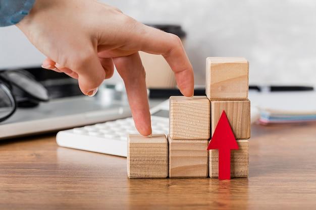 Hand klimmen houten blokken om groei te vertegenwoordigen