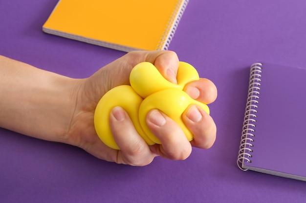 Hand knijpen stressbal op kleur