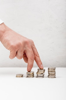 Hand lopen op stapel munten