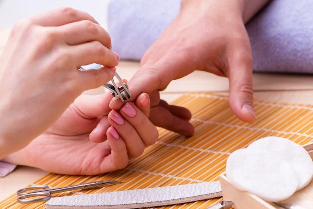 Hand manicure concept voor de mens
