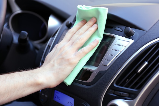 Hand met auto van microfiber doek polijsten