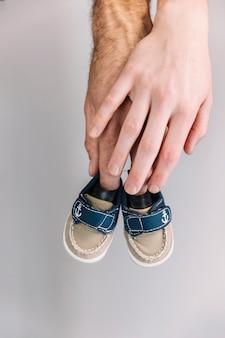 Hand met baby schoenen