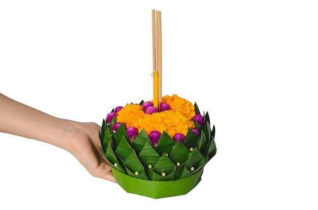 Hand met bananenblad krathong voor de volle maan van thailand of loy krathong festival.