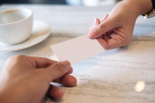 Hand met bedrijfsnaam kaart