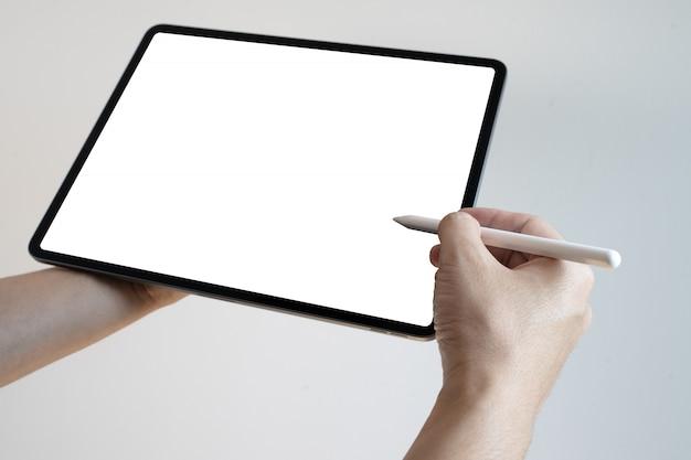 Hand met behulp van digitale tablet pen touch leeg scherm. handen die en op digitale tablet houden schrijven.