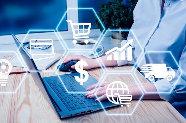 Hand met behulp van laptop met wereldwijde rapporten en beurs verandering concept. e-commerce en online winkelconcept. global business, fintech financiële technologie, online bankieren