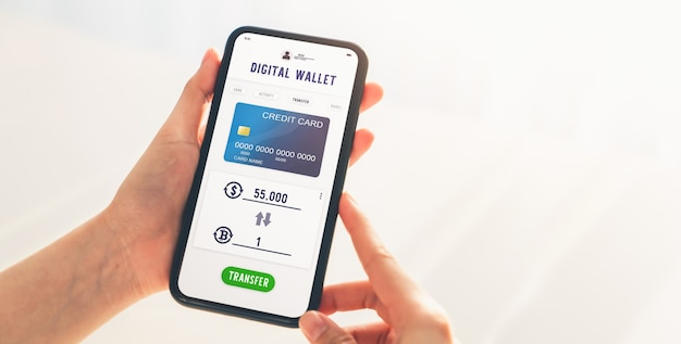 Hand met behulp van mobiele telefoon voor bitcoin naar dollar-uitwisselingsapplicatie. smartphone-scherm geeft betaling met creditcard weer.
