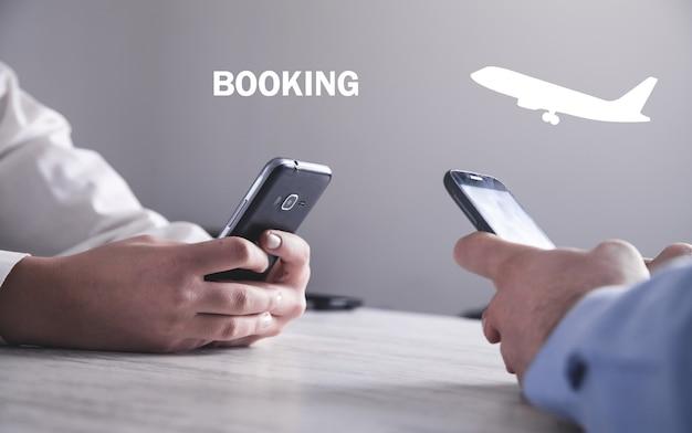 Hand met behulp van smartphone. vliegticket kopen. boeking