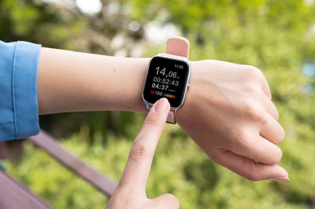 Hand met behulp van smartwatch close-up