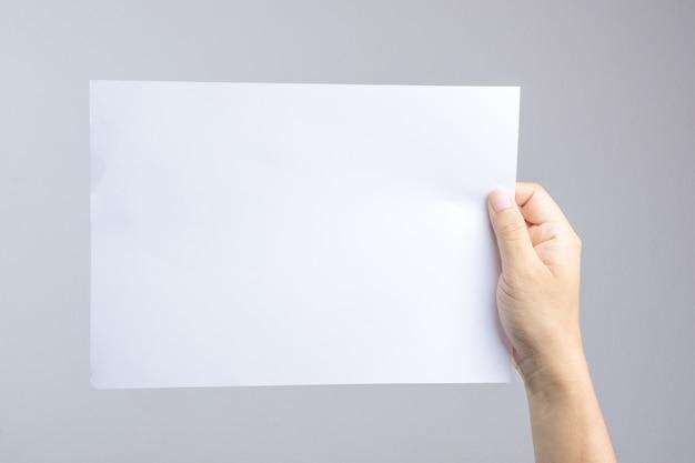 Hand met blanco papier gemakkelijk te vervangen met poster of brochure