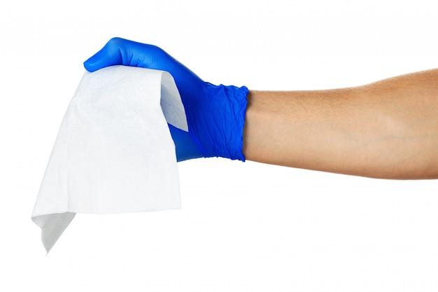 Hand met blauwe handschoenen neemt een witte doek, close-up