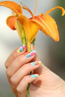 Hand met bloem