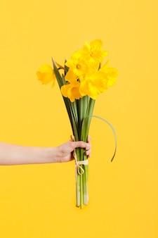 Hand met bloemenboeket