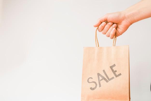 Hand met boodschappentas