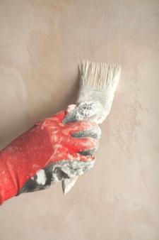 Hand met borstel schilderij muur. reparatie