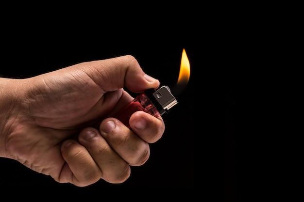 Hand met brandende gasaansteker.