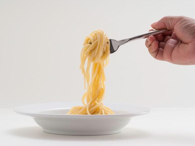 Hand met broodje pasta spaghetti met een vork en bish