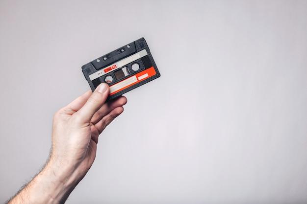 Hand met cassetteband. gebruikte cassette. cassette bandje.