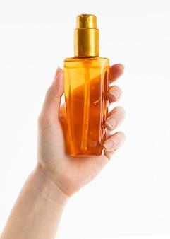 Hand met cosmetische fles