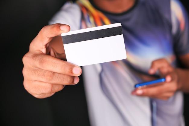 Hand met creditcards lezen van informatie.