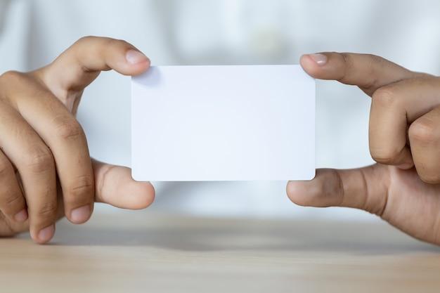Hand met de lege witte kaart