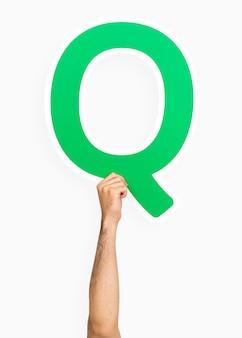 Hand met de letter q