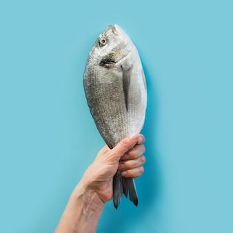 Hand met dorado vis