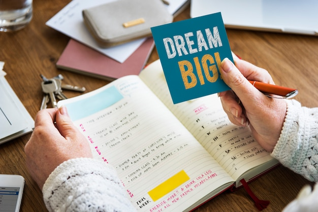 Hand met droom grote formulering op een notitie