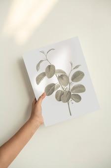 Hand met een bladafdruk op posterpapier