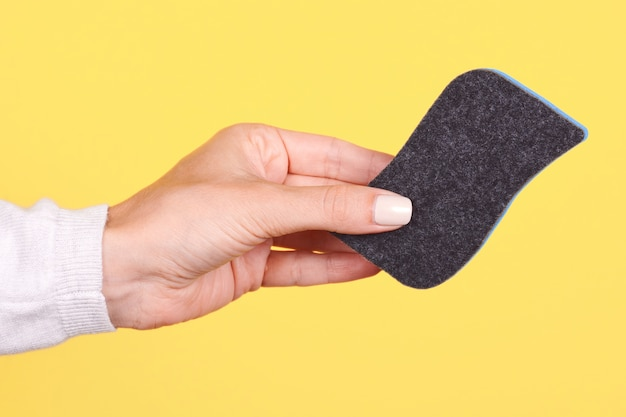 Hand met een bord gum geïsoleerd
