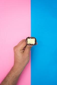 Hand met een chocolade en munt-ijs.