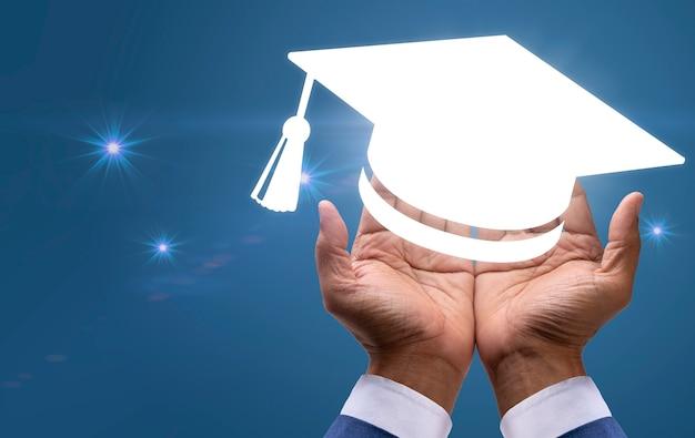 Hand met een diploma hoed ceremonie succes afgestudeerden concept van succesvol