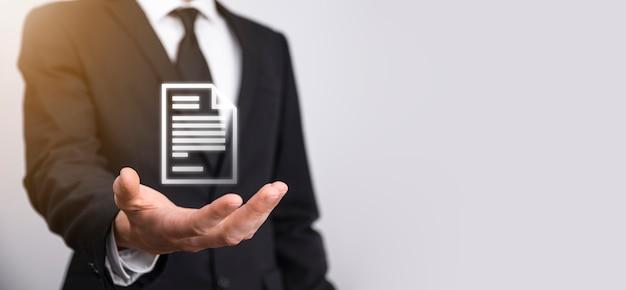 Hand met een documentpictogram in zijn hand document management data system business internet technology concept. bedrijfsgegevensbeheersysteem dms