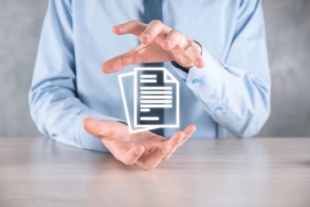 Hand met een documentpictogram in zijn hand document management data system business internet technology concept. bedrijfsgegevensbeheersysteem dms.