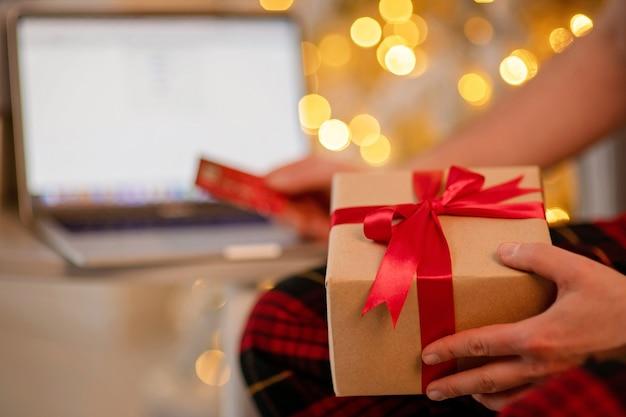 Hand met een doos met cadeau