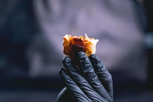 Hand met een empanada uit argentinië