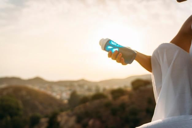 Hand met een fles water