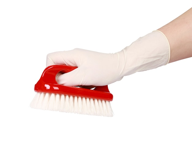 Hand met een handschoen die een rode borstel houdt die op witte achtergrond wordt geïsoleerd