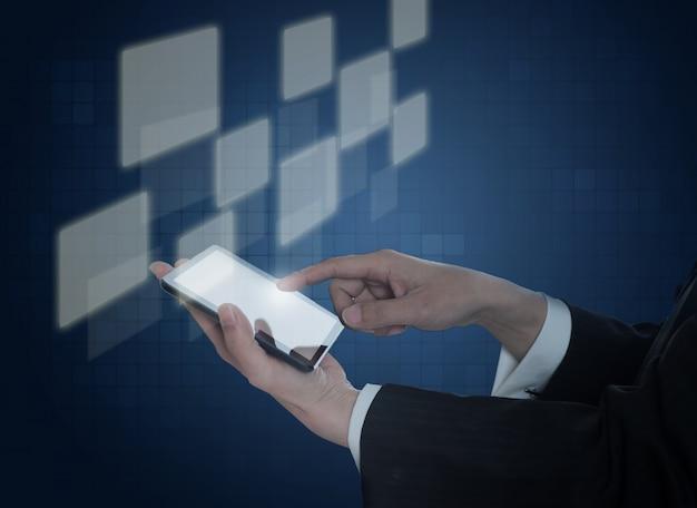 Hand met een mobiel met virtuele vierkantjes