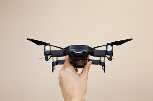 Hand met een moderne drone