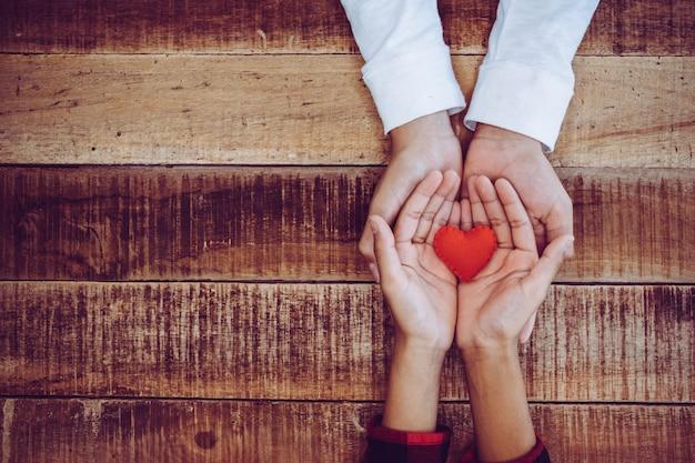 Hand met een rood hart